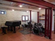 """""""Alter Stall"""" im Erdgeschoss: Unterrichtsraum und Raum für Konzerte und Vorspiele"""